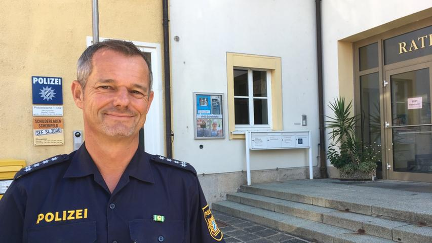 Das ist Herrn Zehns Vorgesetzter: Siegfried Archut, Leiter der Polizeiinspektion Neustadt/Aisch. Hier steht er vor der kleinsten Wache in seinem Beritt.
