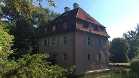 Ich hab's geschafft und über den letzten Steigerwaldhügel hinweg den Weg ins Dutzenthal gefunden. Dort empfangen mich ein Wasserschloss, der Imker Joseph Kopelent und der Hausmeister Alex Dörfer.