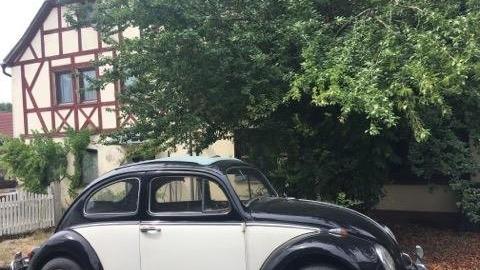 Altes Auto vor altem Haus - passt irgendwie. In Kaubenheim gibt es offenbar eine Käfer- und Bulli-Liebhaber. Die alten VW-Modelle schauen toll aus und ich würde liebend gerne die Reststrecke im Käfer absolvieren, leider ist niemand zuhause.
