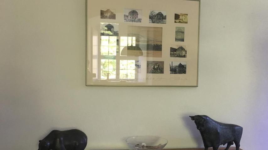 Ich hab zwar unterwegs wenig Menschen getroffen, dafür aber Bulle und Bär. Sie stehen im Wasserschloss Dutzenthal. Karl Oskar Koenigs, der ehemalige Eigentümer des Anwesens, war Vorstand der Frankfurter Börse und hat zu derem 300. Geburtstag diese Skulpturen entwerfen lassen. Es sind die Originalentwürfe, aus denen die lebensgroßen Abgüsse angefertigt wurden, die vor der Börse in Frankfurt stehen.