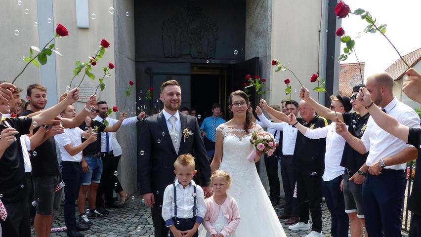 Den Tag ihres Kennenlernens vor genau sechs Jahren wählten Carolin Heßlinger aus Berngau und Matthias Pölleth aus dem Berger Ortsteil Sindlbach, um den Bund der Ehe zu schließen. Berngaus Ortspfarrer Martin Penkalla traute das Paar in der Berngauer Pfarrkirche