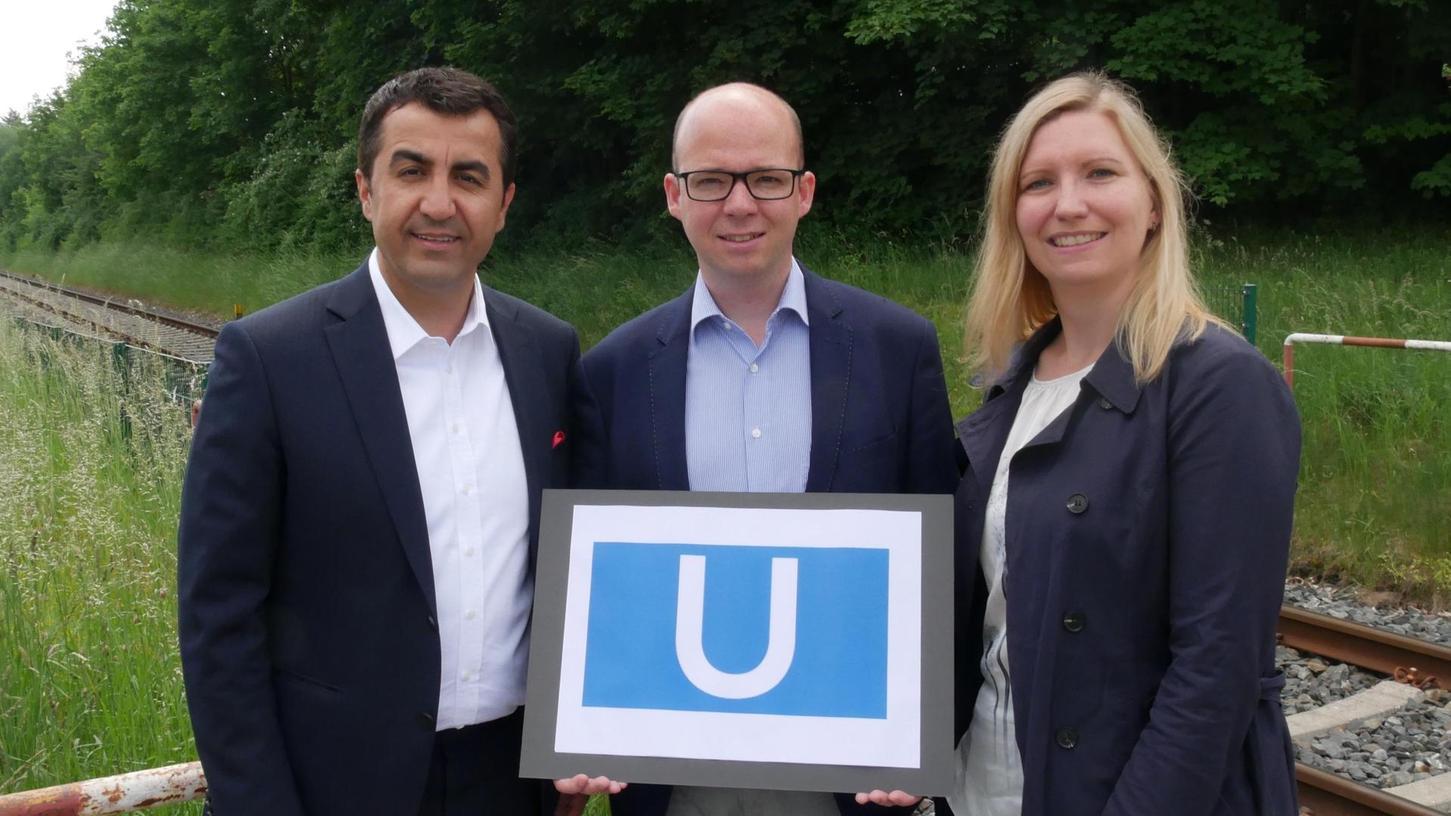 In Thon stellen (v. li.) der SPD-Landtagsabgeordnete Arif Tasdelen und die SPD-Stadträte Thorsten Brehm und Jasmin Bieswanger vor Ort an der Ringbahn ihre Zukunftsversion für eine Verlängerung der U-Bahnlinie ins Wetzendorfer Neubaugebiet vor. Die U3 soll künftig mit der Ringbahn verknüpft werden.