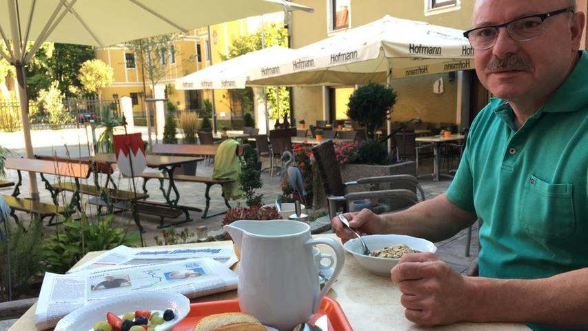 NN-Chefredakteur Michael Husarek wandert von Sugenheim nach Ipsheim - und freut sich als passionierter Bergwanderer auf die Begegnungen in Westmittelfranken. Der Tag startet mit einem Frühstück. Doch der Eindruck täuscht: Der nette Herr, Günter Stiegler, hat nicht mir sondern meiner Vorläuferin Birgit Heidingsfelder das Frühstück serviert.