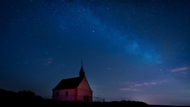 Mit dieser Aufnahme auf Instagram hat Birgit Horvath bei Neumond die Walburgis-Kapelle auf dem Walberla mit Milchstraße und beeindruckendem Sternenhimmel eingefangen.