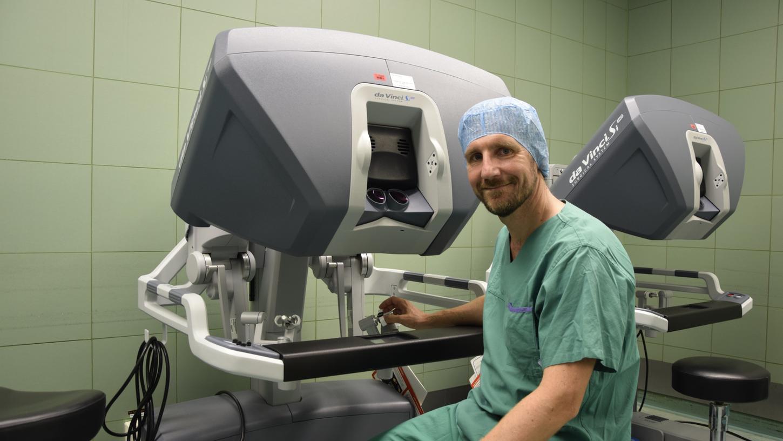 Der Fürther Chefarzt Andreas Blana an der Steuerungskonsole des OP-Roboters