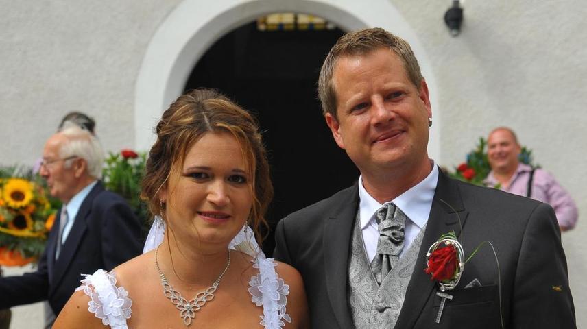 Tanja und André Ehlers haben sich unter den wachsamen Blicken ihrer Kinder und Verwandten in der Kirche St. Leonhard in Pavelsbach den kirchlichen Segen für ihre Ehe geholt. Bereits seit 8. August 2015 ist das Paar aus Pavelsbach standesamtlich verheiratet. Ursprünglich waren die Beiden beste Freude. Nun sind sie auch vor Gottes Angesicht Mann und Frau. Bei der standesamtlichen Hochzeit waren Yannic und Niclas noch im Bauch der Mutter. Nun fungierten sie als Brautkinder – zusammen mit Schwester Celine (neun Jahre) und Bruder Mirco (13). Nach der Trauung ließ die Hochzeitsgesellschaft Luftballons steigen. Braut Tanja hatte zwei Ballons gen Himmel geschickt – einer erinnerte an ihren Sohn Marcel, der als Sternenkind zur Welt kam und mittlerweile zehn Jahre alt gewesen wäre. Er ist laut der Braut der Schutzengel der Familie und würde sich dieses Jahr sicherlich besonders mit seinen Eltern und Geschwistern freuen: 2018 ist ein Glücksjahr für die Familie Ehlers, in der sich alles um die Zahl