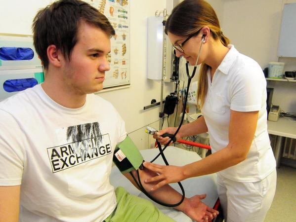 Krankenschwester Stephanie Hauenstein von der Pegnitzer Sana Klinik misst bei einem Patienten den Blutdruck.