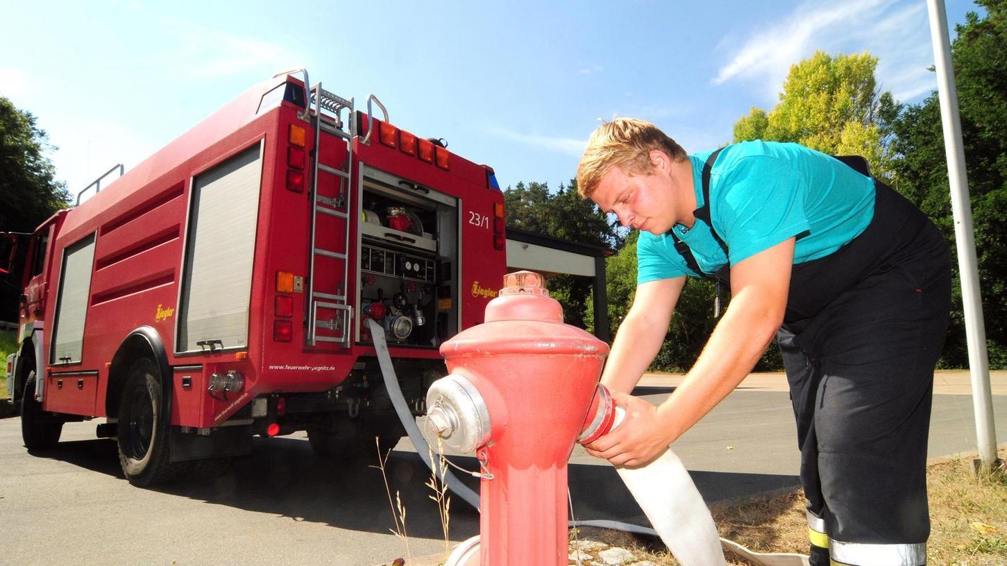 Genug Löschwasserreserven für die Feuerwehr vorhanden: Felix Lindner von der Pegnitzer Feuerwehr befüllt ein 4800-Liter-Tanklöschfahrzeug.