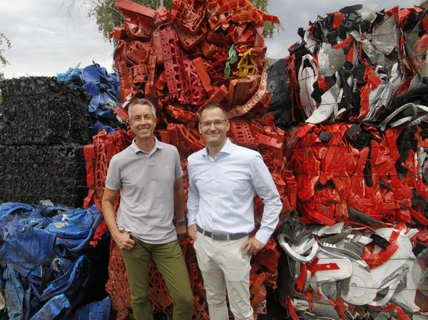Das gebündelte Endprodukt der Müllsortierung im Hintergrund: die beiden Geschäftsführer Johannes Gritz (l.) und Christian Ascherl-Landauer.