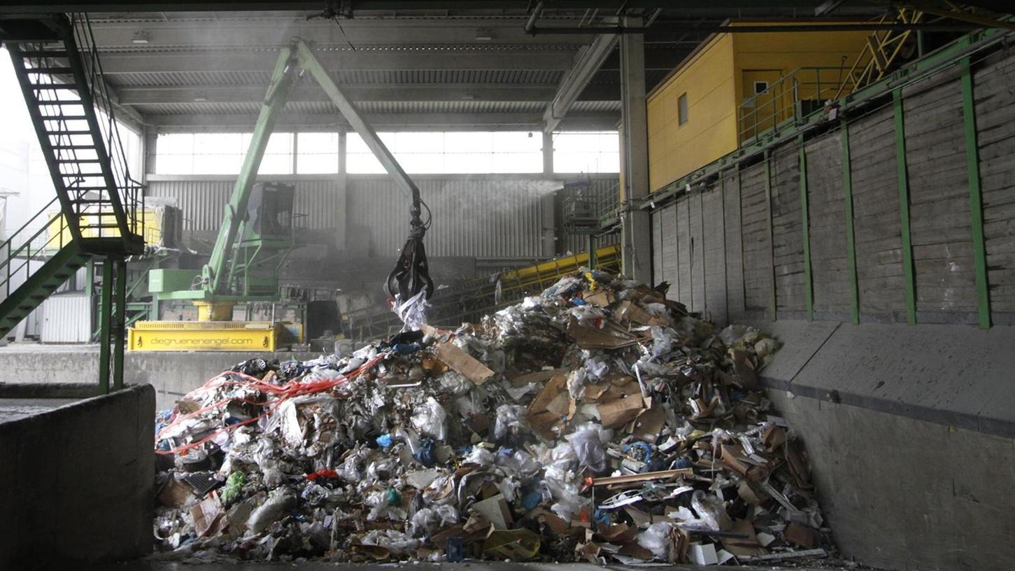 Ab sechs Uhr morgens rollen die Laster aus der gesamten Metropolregion an und kippen ihre Ladung in den Müllbunker. Sie liefern Abfall jeder Art – vom Plastikeimer bis zum Metallteil. Das alles wird im Ressourcenwerk sortiert und im Anschluss als Rohstoff für neue Produkte verkauft.
