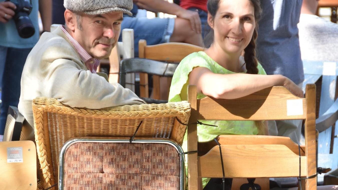 Blick zurück: Die Fürther Künstler Barbara Engelhard und Lutz Krutein nehmen Abschied von der Stuhl-Installation am Paradiesbrunnen.
