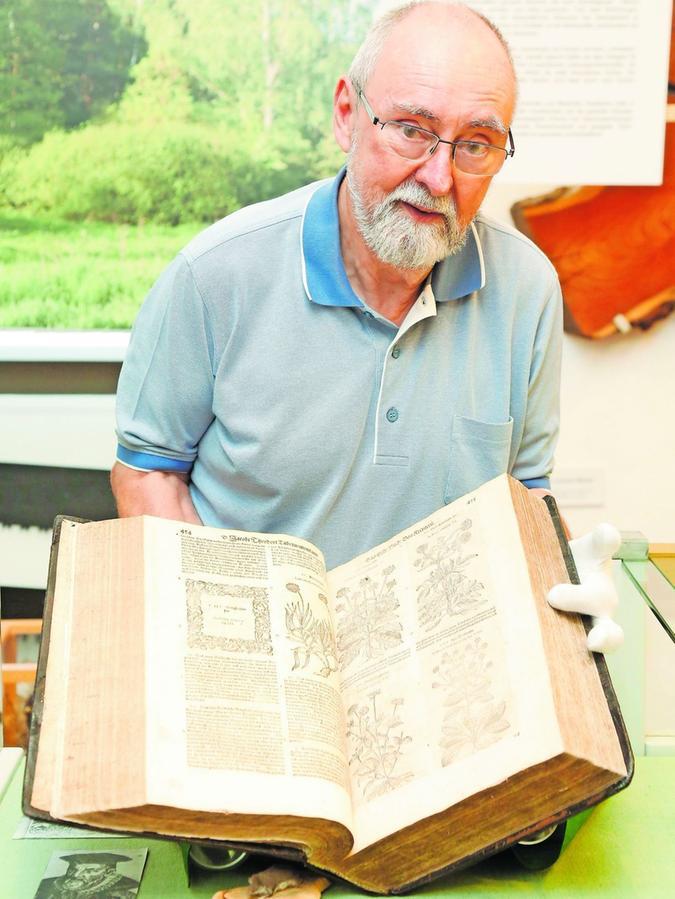 Eines der größten Schmuckstücke des Stadtmuseum: Museumsleiter Wilfried Auer zeigt das 1000-seitige Kräuterbuch von 1613.