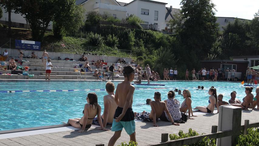 Mindestens 23 Grad Wassertemperatur verspricht das Veitsbad in Veitsbronn, dazu eine große Liegewiese, Platz für Beachvolleyball oder Tischtennis und einen Kiosk. Viel mehr braucht es nicht. Auf derHomepagefinden sich die aktuellen Corona-Regeln.