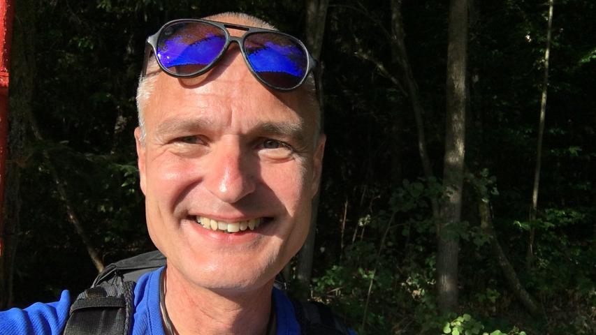 Ein Kraemer in der Mühle: Wanderreporter Bernd mahlt Mehl in Gustenfelden