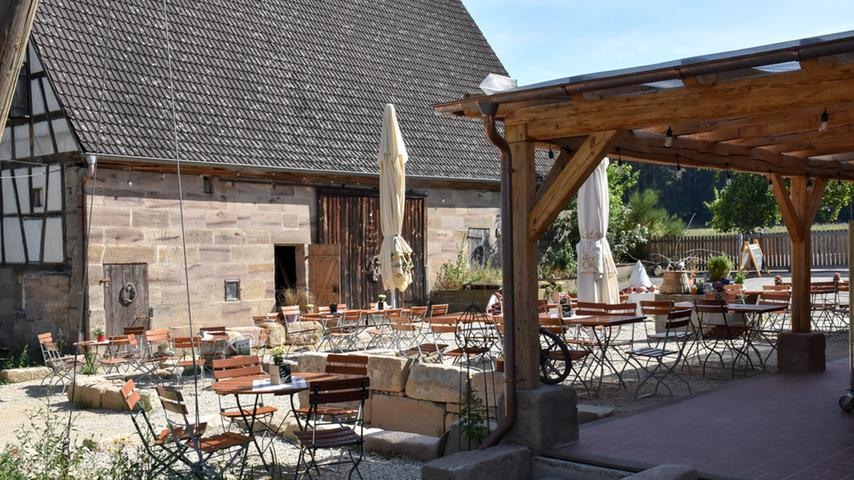 Bei Georgensgmünd am Steinbach im Grünen liegt derHämmerla Hopfen-Biergarten- auf der hippen Speisekarte gibt es neben traditioneller fränkischer Küche auch eine extra Burgerkarte mit ausgefeilten Namen darauf: