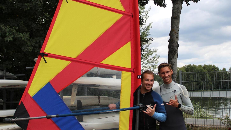 """Hang Loose: Der Surfergruß war natürlich Pflicht, als der Neuling in dieser Sportart und Autor dieses Artikels, Mario Früh (links), mit Surflehrer Daniel an die """"Arbeit"""" ging."""