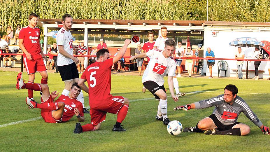 Viel los im Duell der Kreisligisten: Zwischen dem FC/DJK Weißenburg und dem SV Cronheim (in Rot) gab es zahlreiche Strafraumszenen und insgesamt acht Treffer. Unterm Strich stand auf dem Sportplatz am Lehenwiesenweg ein 7:1-Kantersieg der Gastgeber.
