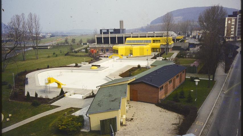 Das 1981 um den Thermalbereich (gelb) erweiterte Treuchtlinger Hallenwellenbad im Winter Anfang der 1980er Jahre.