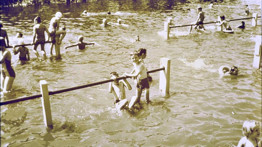 Seit der Jahrhundertwende gab es direkt neben dem Hallenwellenbad noch das alte Flussbad in der Altmühl. 1974 musste es aus hygienischen Gründen schließen.