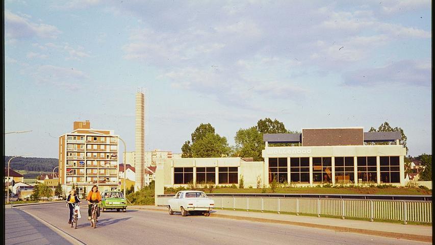 Seit 45 Jahren gibt es das Hallen- und Wellenbad in Treuchtlingen, seit 37 Jahren die Therme. Hier unser ältestes Bild des Hallenwellenbads aus den frühen 1970er Jahren, aufgenommen von der damals ebenfalls erst rund fünf Jahre alten Promenadenbrücke.