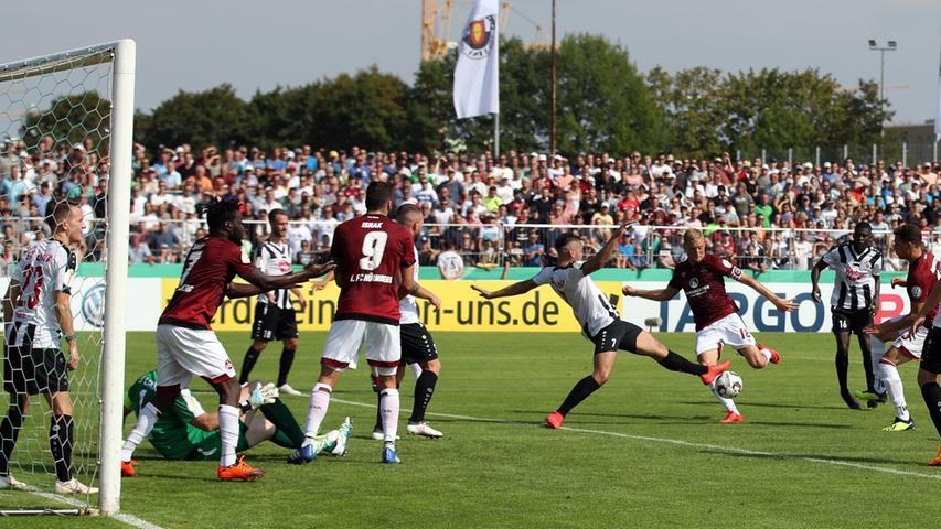 Der Club will sich nicht blamieren und erspielt sich bis zur Halbzeit einige Chancen. Ein Tor gelingt Hanno Behrens und Co. allerdings nicht.