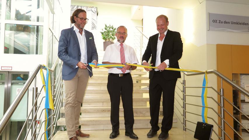 Badchef Ulrich Schumann, Bürgermeister Werner Baum und Architekt Wolfgang Gollwitzer durchschnitten symbolisch das Band zur Eröffnung des modernisierten Badbereichs...