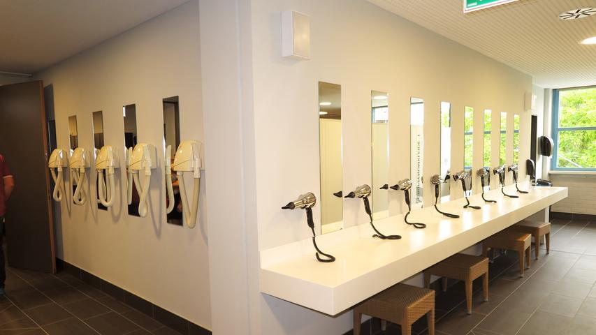 Reichlich Plätze mit Fön und Spiegel sorgen dafür, dass niemand nach dem Baden unfrisiert auf die Straße muss.