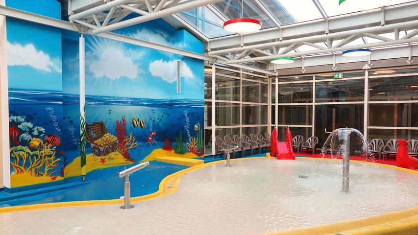 Knallbunt bemalt sind die Wände im Kinderbereich. Dazu gibt es Spritzkanonen, Wasserfontänen und zwei Minirutschen.