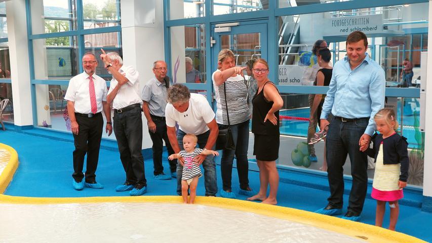 Bürgermeister Werner Baum (links) und weitere Eröffnungsgäste probierten den neuen Kinderbereich schon einmal aus. In Badesachen schlüpfte allerdings keiner...