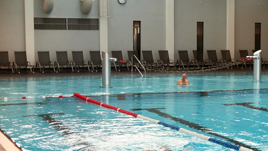 """Trotz Sprungbetriebs bleiben aber stets mindestens zwei Bahnen für Schwimmer offen, eine davon als """"Schnellschwimmbahn"""" für ambitioniertere Sportler."""