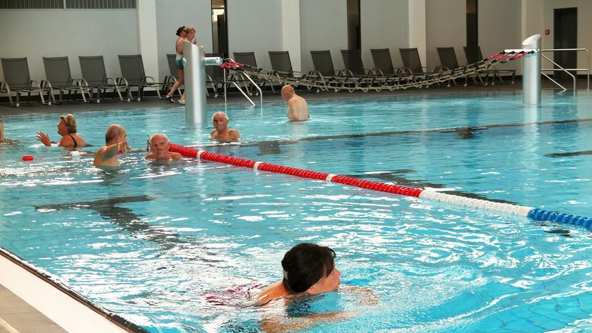 Die rund 1,2 Millionen Liter 29 Grad warmes Wasser im großen Sport- und Familienbecken luden am Samstagmorgen schon kurz nach der Wiedereröffnung die ersten Gäste zum Schwimmen, Planschen und Hineinspringen ein.