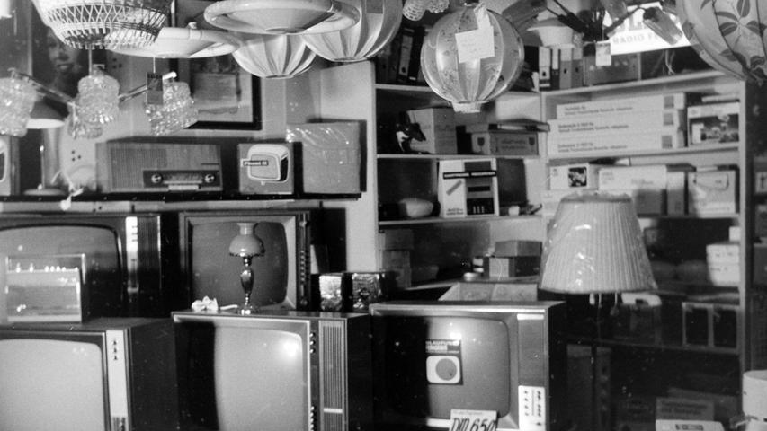 """Immer wieder eröffnen neue Geschäfte in Pegnitz, andere alteingesessene sind dagegen beinahe in Vergessenheit geraten, wie das Geschäft Elektro Dennerlein, das vor 70 Jahren in einem kleinen Zimmer in der Kettengasse gegründet worden ist und vor einem halben Jahrhundert in großzügigen Räumen in der Hauptstraße 64 sein 20-jähriges Bestehen feiern konnte. 1923 schon hatte Hans Dennerlein im Arbeiterradioclub Nürnberg sein Interesse am Bau von Radiogeräten entdeckt. Der Bastler, der 1935 in der Amag seine Meisterprüfung abgelegt hatte, bildete sich in Eigenregie zum Fachmann weiter und wurde nach dem Krieg von den Amerikanern zum Reparieren von Funk- und Radogeräten eingesetzt. Der """"Lohn"""" war ein ausgezeichnetes Zeugnis, mit dem sich Dennerlein 1946 beim Landratsamt um die Gründung eines Handwerksbetriebes bemühte. Zwei Jahre später erhielt er die Genehmigung. Stand in der Nachkriegszeit vor allem die Reparatur von Radiogeräten im Vordergrund, so kam mit dem Fernsehen bald ein weiteres Arbeitsfeld dazu. Das Geschäft mit Elektrogeräten aller Art ging so gut, dass bald expandiert werden musste. Ältere Pegnitzer erinnern sich noch gut an die erste Farbfernseh-Vorführung im Kolb-Saal und an den Lautsprecherwagen, der früher zur Ankündigung von Eishockeyspielen durch die Straßen fuhr. Inzwischen ist das einst stattliche Geschäft längst Geschichte. Foto: NN-Bildarchiv"""