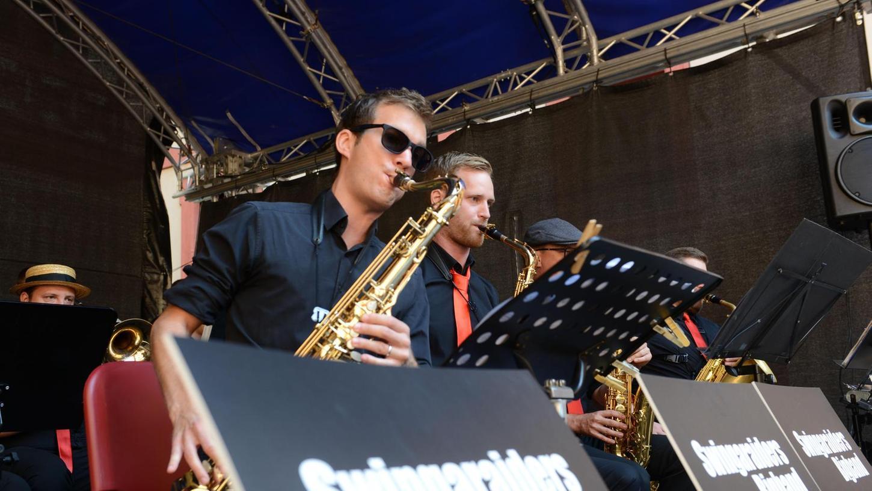 Nicht ohne Sonnenbrille: Die Swingaraiders Bigband mit Musikern aus Forchheim und Umgebung ließ am Sonntagvormittag die Mauern der Kaiserpfalz erbeben.