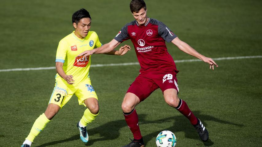 Hier noch gegen den FCN, bald schon für ihn: Der Japaner Yuya Kubo kam rund 24 Stunden nach dem mauen 2:1-Sieg gegen den SV Linx zum Club. Der 24-jährige Offensivmann, der bei der WM 2018 für Japan dabei, aber ohne Einsatz geblieben war, kommt vom beglischen Erstligisten KAA Gent. Eine Leihe mit Kaufoption, wie der FCN bekanntgab, die den Erstligisten wohl vor allem vor unnötigem finanziellen Risiko schützen soll. Kubo jedenfalls ist ein treffsicherer Offensivmann, überzeugte in der abgelaufenen Saison vor allem im Playoff mit vier Toren in sieben Partien und spricht dank seiner Zeit bei den Young Boys Bern gut deutsch.