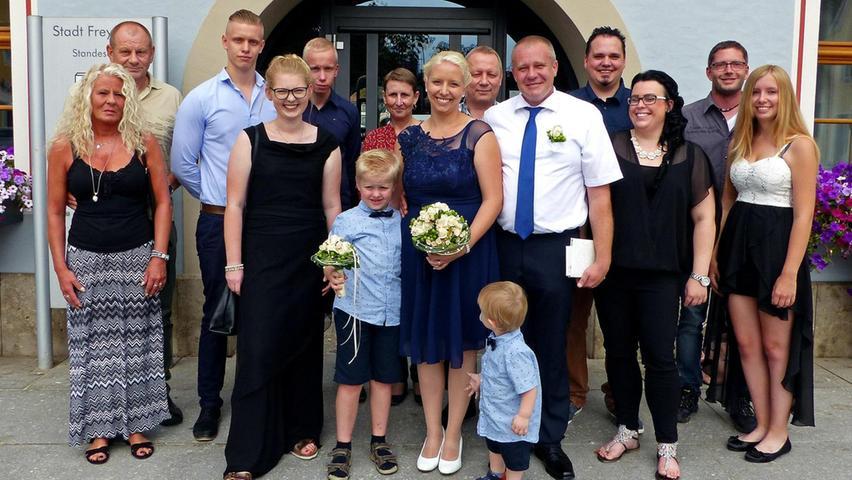 Vor 16 Jahren war Timo Lange (vorne mit weißem Hemd) aus Freystadt der erste Freund von Daniela Haas (im blauen Kleid mit Hochzeitsstrauß) aus Nürnberg, die damals noch Schülerin war. Beide verloren sich irgendwann aus den Augen und fanden sich vor drei Jahren wieder.