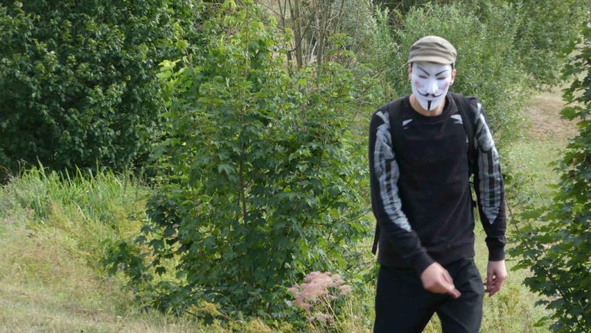 Ein Demonstrant auf dem Gelände - verkleidet mit der Guy Fawkes Maske.