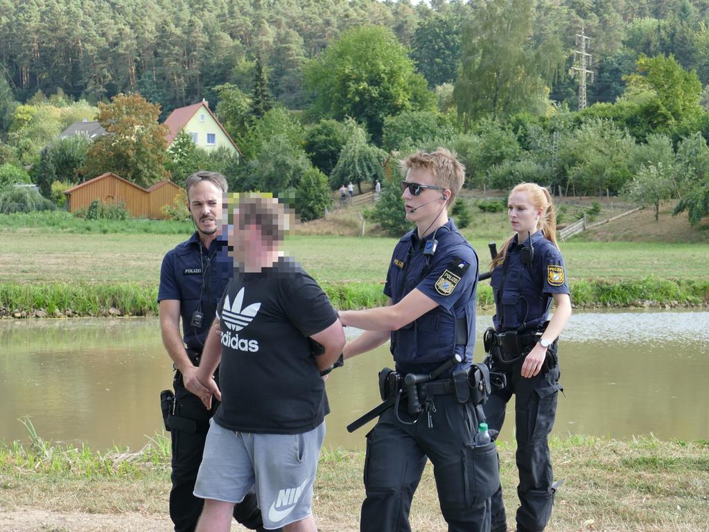 Festgenommenen Demonstranten bitte Pixeln!Ärger in Altschauerberg (Lkr. Neustadt an der Aisch - Bad Windsheim): Nachdem via Facebook für Montag (20.08.2018) eine Hass-Demo gegen den dort wohnhaften YouTuber