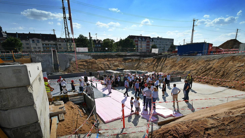 Das Fundament ist gelegt: Blick in die stattliche Baugrube an der Gebhardtstraße, aus der das Gebäude bis 2020 in die Höhe wachsen soll.