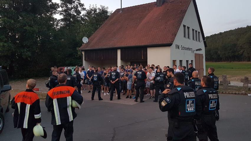 Die Polizisten drängten die Demonstranten zusammen, um sie zu kontrollieren.