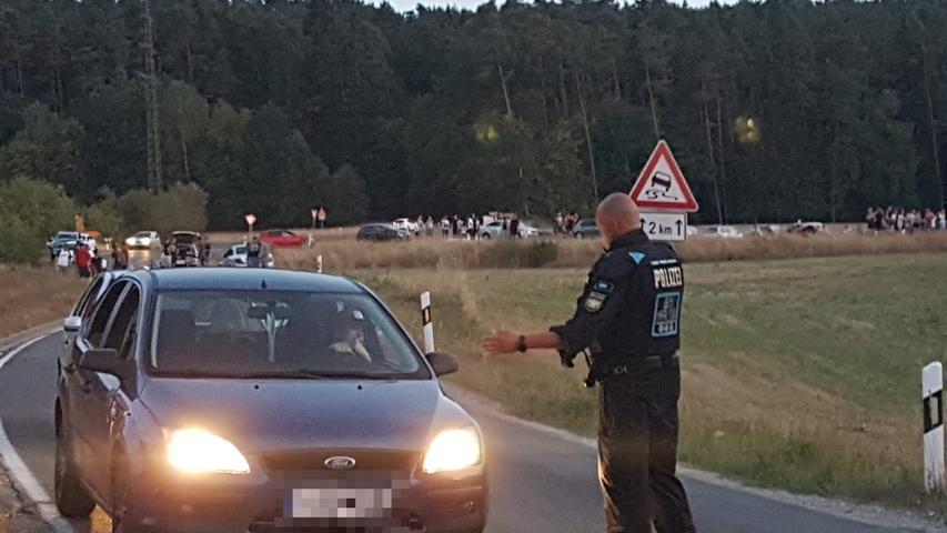 Die Polizisten vor Ort führten Kontrollen durch und verwiesen die Demonstranten auf das Versammlungsverbot - viele hielten sich daran.