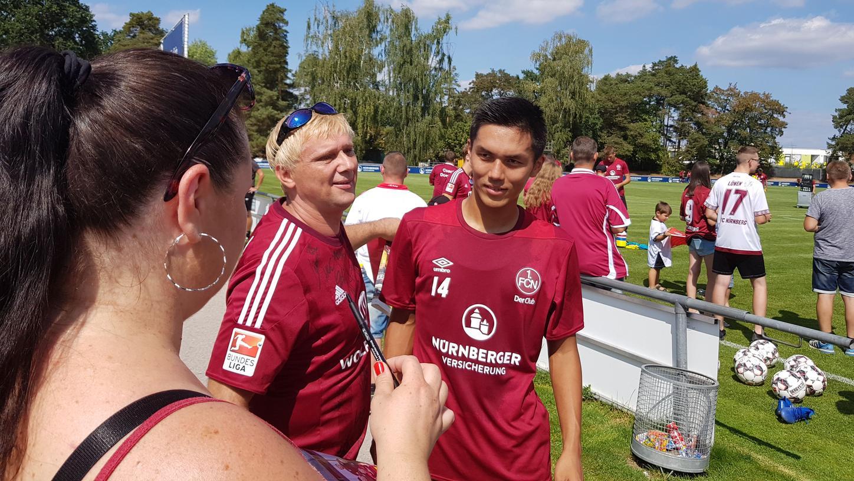 Die Fans nahmen ihn direkt in der Mitte unter sich auf: FCN-Neuzugang Yuya Kubo trainierte am Dienstag erstmals mit der Mannschaft.
