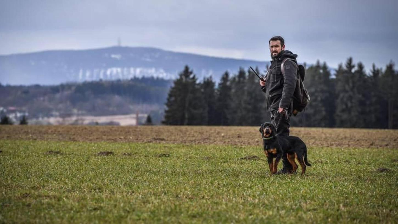 Michael Schwarz ist Jäger in Oberfranken, sein Revier liegt am Rand des Fichtelgebirges. Der 36-Jährige hat sein Hobby zum Beruf gemacht, er sucht bei vielen Gelegenheiten das Gespräch mit Jagdgegnern und hat sich auch in die Diskussion um die Gänse am Wöhrder See eingemischt.