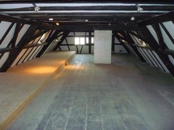 Der Dachstuhl ist geräumt und wird für das Schaudepot hergerichtet.