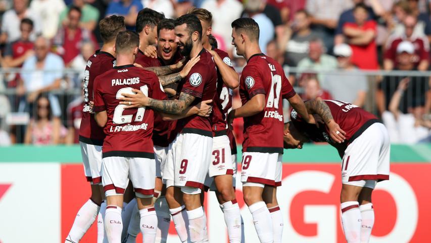 Vorsaison:  Der Club der Vorsaison ist im Wesentlichen auch der Club der aktuellen Saison. Mangels finanzieller Möglichkeiten sind die Veränderungen überschaubar. Das ist einerseits ein Vorteil: Die Aufsteiger haben mit Teamgeist, Leidenschaft und Lernbereitschaft überzeugt und alle Erwartungen übertroffen. Dieses Erfolgserlebnis nimmt die Mannschaft mit, geht sie ihren Weg weiter, wird sie weiter wachsen. Andererseits fehlt es dem Team vor allem an Bundesliga-Erfahrung: Aus der Formation, die im Pokalspiel in Linx anfing, haben überhaupt nur Ondrej Petrak und Mikael Ishak schon (und nur ein paar wenige Male) in der Bundesliga gespielt. Mit insgesamt nur vier Millionen Euro, die der Club für Transferkosten aufwenden darf, lässt sich garantierte Qualität mit Routine nicht einkaufen.   Bester Transfer: Törles Knöll - allerdings nicht für sofort, der 19 Jahre junge Mann, aus dem Nachwuchs des Hamburger SV geholt, hat aber alle Anlagen, ein sehr guter Bundesligaspieler zu werden. Yuya Kubo ist ein sehr interessanter Neuzugang, seine Vita macht neugierig und lässt hoffen, dass der 24 Jahre alte Stürmer in Nürnberg den nächsten Schritt macht. Seine Qualitäten hat der Japaner in Bern und Gent mehr als angedeutet. Der wirklich beste Transfer wird aber idealerweise noch folgen - bis 31. August ist das Fenster offen.   Ausblick: Obwohl schon achtmal abgestiegen, war Nürnberg erst einmal am Ende Bundesliga-Letzter. Das auch diesmal nicht zu werden, wäre, übertrieben gesagt, schon ein Erfolg. Alles andere als ein Abstiegskampf bis Mai 2019 wäre jedenfalls eine Überraschung.   Prognose: Schafft es die Mannschaft, ihre im Aufstiegsjahr vorgeführten Qualitäten auszuspielen und auch aus schwereren Phasen zu lernen, ist der Klassenverbleib ein realistisches Ziel.  Dafür braucht es aber auch ein Umfeld, das durch zu erwartende Rückschläge nicht die Nerven verliert. Weil sich dieser Club in der abgelaufenen Saison Vertrauen erworben hat, sei diese Prognose gewagt: Es wird Platz 15.