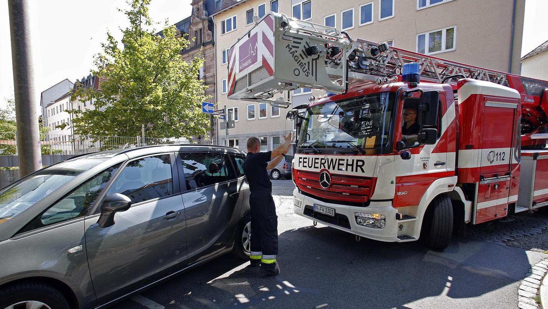 Ein parkendes Auto ragt ein Stück in eine Kurve. Das Einsatzfahrzeug der Feuerwehr kommt kaum vorbei.Fotos: Michael Matejka