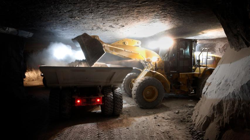 320 PS haben die Zugmaschinen unter der Haube, mit der pro Fuhre 25 bis 30 Tonnen Gestein weggeschafft werden.