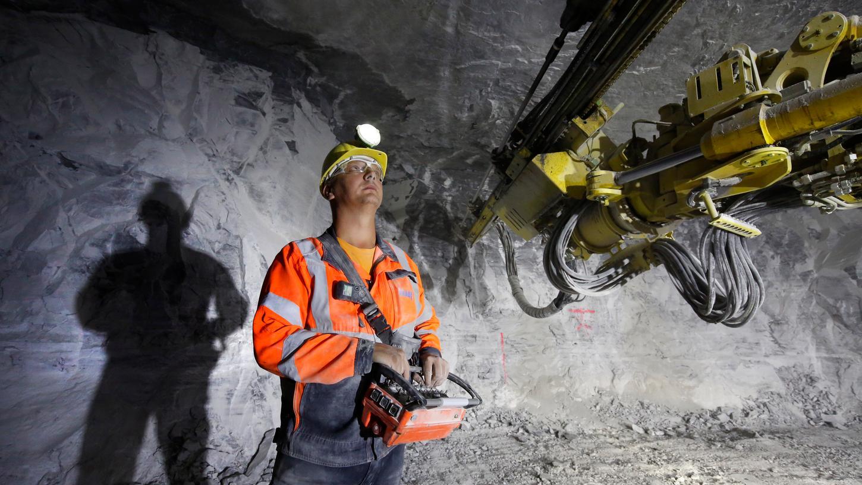 22 Bohrlöcher pro Sieben-Meter-Abschnitt werden benötigt, um das Gestein mit Sprengstoff zu zertrümmern.