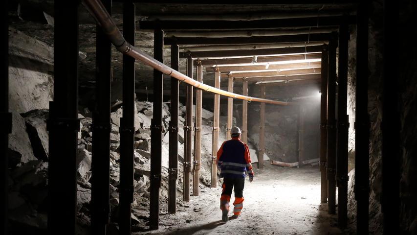 Etwa 14 Millionen Tonnen Anhydrit wurden seit 1957 durch die Firma Knauf aus dem Bauch des Berges geholt, momentan werden 250.000 bis 300.000 Tonnen pro Jahr gefördert.