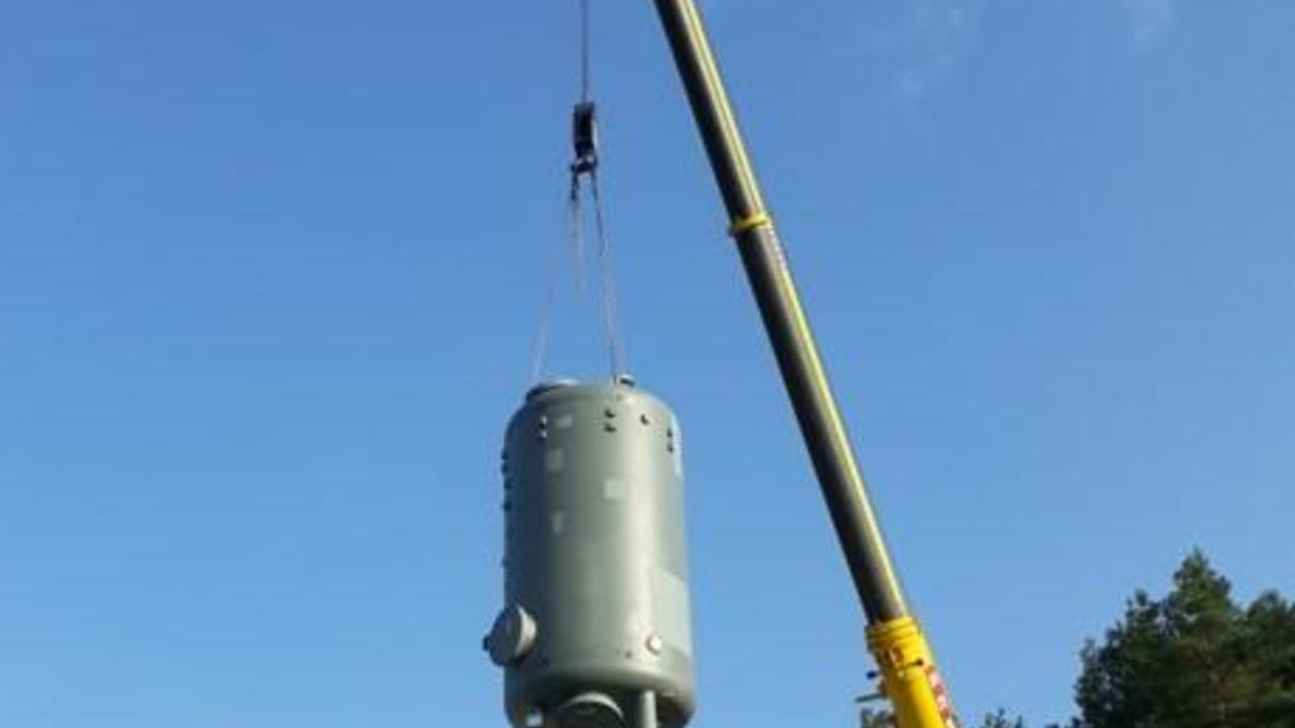 Mit einem Kranwagen werden die Kessel für die neue Filteranlage in das Wasserwerk Schlögelsmühle eingehoben.