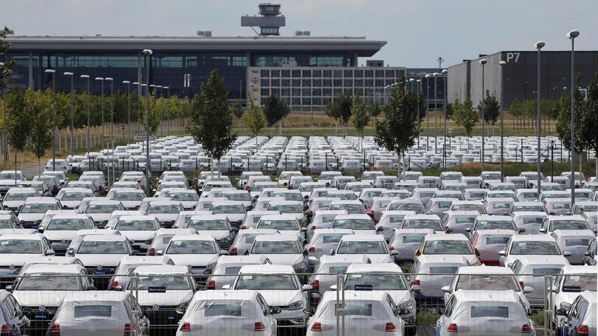 Autofahrer, die sich einen Neuwagen zulegen, müssen sich auf eine höhere Kfz-Steuer gefasst machen. Grund ist die Umstellung auf das neue WLTP-Verfahren bei der  Abgasmessung, wodurch realitätsnähere Werte für den Schadstoff-Ausstoß der Pkw herauskommen sollen. Nach Angaben der Marktforscher aus Schwaig verschiebt jeder fünfte Auto-Interessent zudem  wegen der drohenden Innenstadt-Fahrverbote die Autoanschaffung, mehr als jeder zweite beklagt lange Lieferzeiten oder die Nichtbestellbarkeit seines Wunschfahrzeugs in Folge der Einführung des neuen Messverfahrens WLTP.